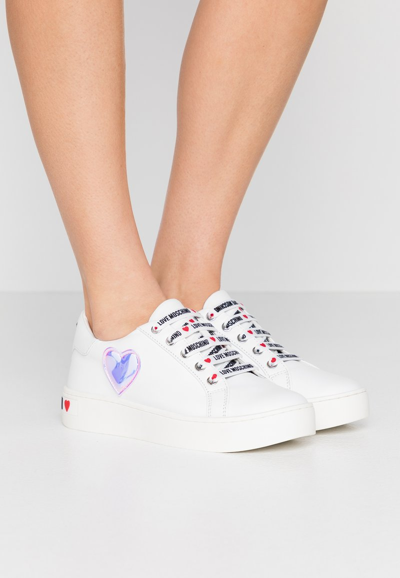 Love Moschino - EXCLUSIVE  - Sneakersy niskie - bianco