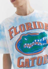 PULL&BEAR - FLORIDA GATORS - Print T-shirt - light blue - 4