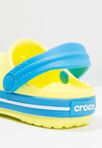Crocs - CROCBAND - Sandały kąpielowe - tennis ball green/ocean - 5