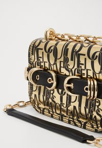 Versace Jeans Couture - BUCKLE DETAIL FLAP SHOULDER - Torba na ramię - oro - 3