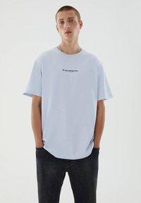 PULL&BEAR - T-shirt med print - blue - 0