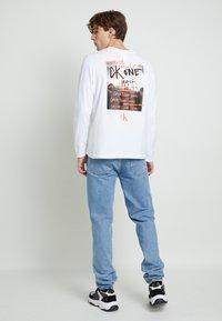 Calvin Klein Jeans - BACK GRAPHIC UNISEX - Maglietta a manica lunga - bright white - 4