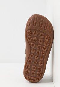 Camper - PEU CAMI KIDS WARM LINING - Volnočasové šněrovací boty - medium brown - 5