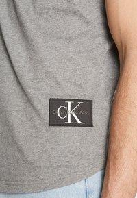 Calvin Klein Jeans - BADGE TURN UP SLEEVE - T-shirt imprimé - mid grey heather - 5