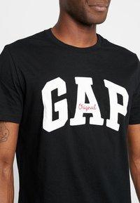 GAP - ORIG ARCH  - Print T-shirt - true black - 4