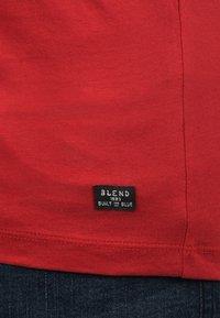 Blend - RUNDHALSSHIRT DOPPLER - Print T-shirt - pomp red - 3