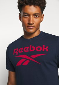 Reebok - STACKED TEE - T-shirt imprimé - motred/excred - 4