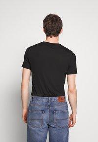 Zign - SKINNY  TEE - T-shirt con stampa - black - 2