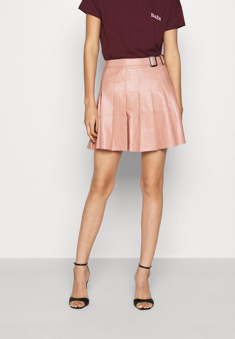 Missguided - PLEATED BUCKLE SKIRT - Mini skirt - rose