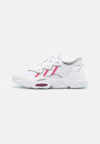 OZWEEGO  - Zapatillas - footwear white/rose tone/victory crimson