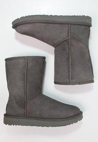 UGG - CLASSIC SHORT - Korte laarzen - grey - 2