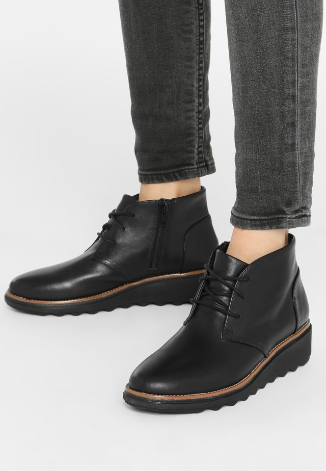 SHARON HOP - Enkellaarsjes met sleehak -  black