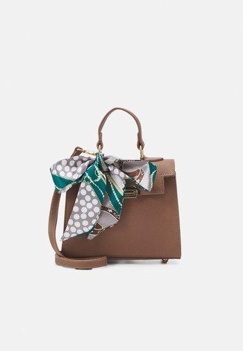 PCEMMY CROSS BODY BAG KEY - Handbag - warm taupe/multi/gold-coloured