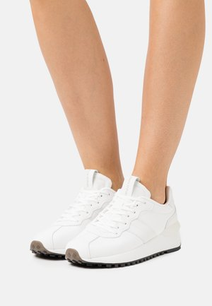 PIA  - Trainers - white