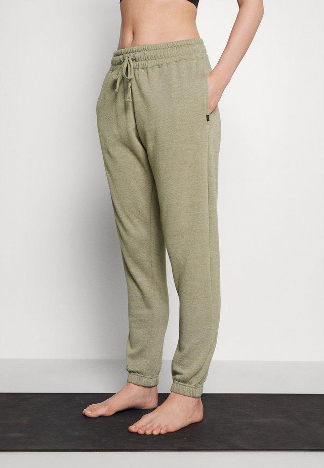 LIFESTYLE GYM TRACK PANTS - Spodnie treningowe - oregano marle