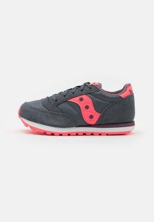 JAZZ DOUBLE KIDS UNISEX  - Sneakers basse - dark grey/coral