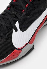 Nike Performance - ZOOM FREAK 2 - Scarpe da basket - black/white/university red - 5