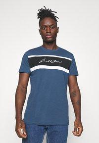 Jack & Jones - JORADAM TEE CREW NECK 3 PACK - T-shirt z nadrukiem - tap shoe - 3