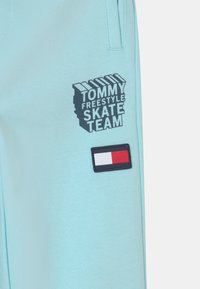 Tommy Hilfiger - COOL GRAPHIC - Tracksuit bottoms - frost blue - 2