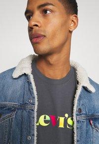 Levi's® - RELAXED FIT TEE - T-shirt z nadrukiem - blacks - 3
