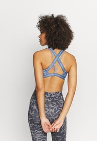 Under Armour - CROSSBACK LOW PRINT - Light support sports bra - mineral blue - 2