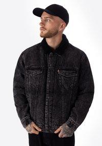 Levi's® - TYPE 3 SHERPA TRUCKER - Kurtka jeansowa - black - 0