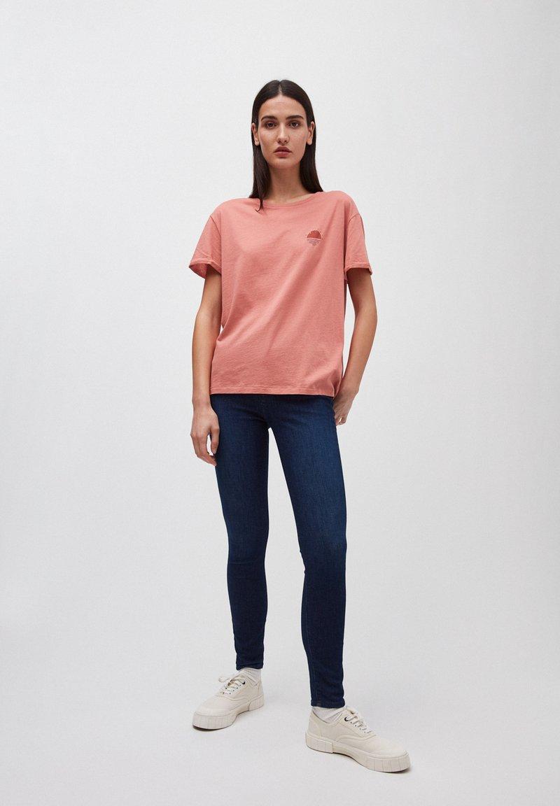 ARMEDANGELS - T-SHIRT AUS BIO-BAUMWOLLE NAALIN LITTLE SUNRISE - Print T-shirt - cinnamon rose