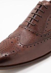 Pier One - Zapatos con cordones - brown - 5