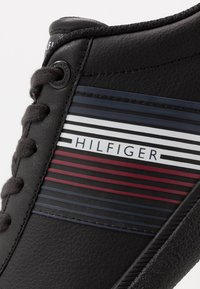 Tommy Hilfiger - ESSENTIAL CORPORATE CUPSOLE - Sneakersy niskie - black - 5