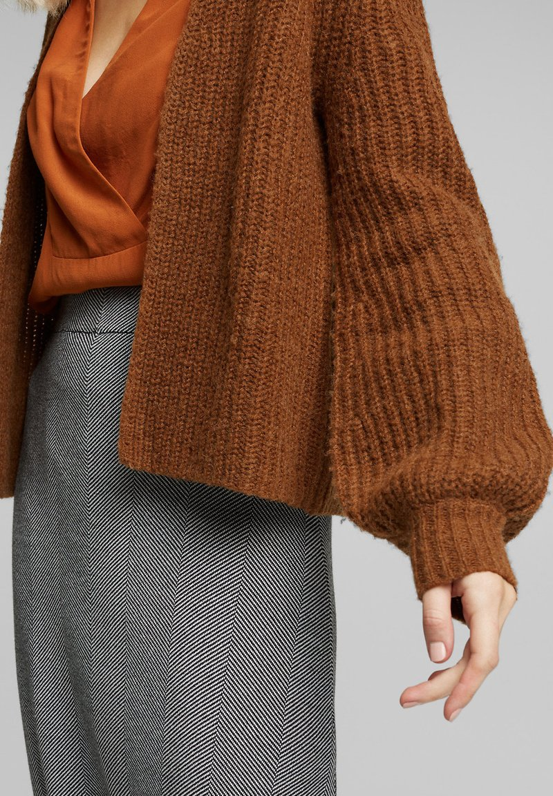 Esprit Collection MIT BALLON-ÄRMELN - Strickjacke - toffee/hellbraun zJQTX3