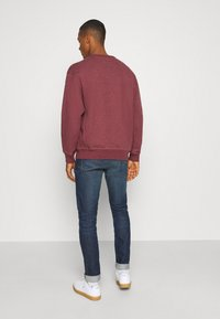 Levi's® - PREMIUM HEAVYWEIGHT CREW - Felpa - biking red heather - 2