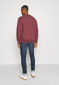 Levi's® - PREMIUM HEAVYWEIGHT CREW - Sweatshirt - biking red heather - 2