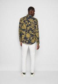 Versace Jeans Couture - PRINT REGALIA BAROQUE - Shirt - nero/oro - 3
