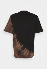 Karl Kani - RETRO BLEACHED TEE UNISEX - T-shirt con stampa - black - 7