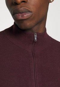 Burton Menswear London - FINE GAUGE ZIP THROUGH - Strickjacke - burgundy - 5