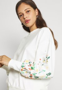 ONLY - ONLBROOKE O NECK FLOWER - Sweatshirt - cloud dancer - 3