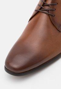 ALDO Wide Fit - NOICIEN - Šněrovací boty - cognac - 5