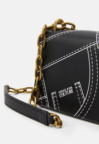 Versace Jeans Couture - CROSS BODY FLAP CHAINCUCITURE - Across body bag - nero - 6