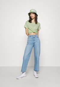 Levi's® - THE PERFECT TEE BATWING OUTLINE BOK CHOY - T-shirt med print - greens - 1