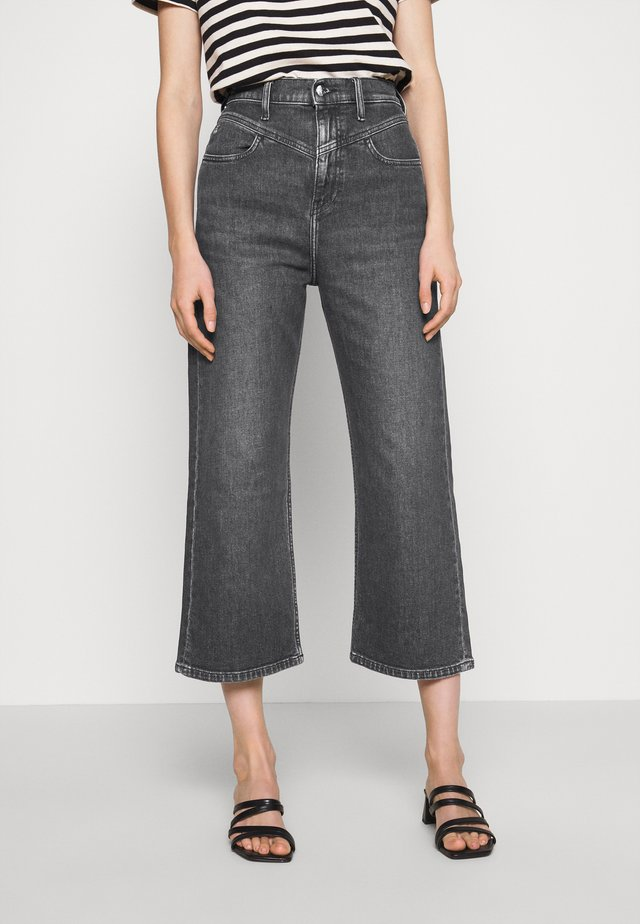SUPER HIGH RISE WIDE LEG CROP - Džíny Relaxed Fit - washed black yoke