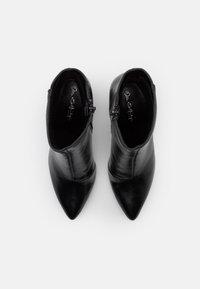 Miss Selfridge - BAYLEY POINTED FLARE HEEL BOOT - Kotníkové boty - black - 5