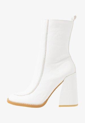 VEGAN  - Ankelboots med høye hæler - white