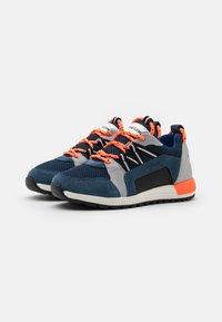 Geox - ALBEN BOY - Sneakers laag - avio/grey - 1