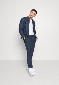 Tommy Jeans - SCANTON PINSTRIPE TRACK PANT - Pantalon classique - twilight navy - 1