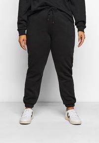 Pieces Curve - PCCHILLI PANTS - Trousers - black - 0