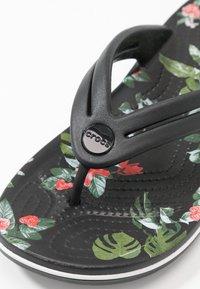 Crocs - CROCBAND BOTANICAL PRINT  - Slippers - black - 2