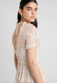 Needle & Thread - RUFFLE GLIMMER DRESS - Vestido de cóctel - pearl rose - 4