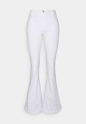 LE BARDOT - Flared jeans - blanc