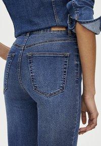 PULL&BEAR - MOM MIT HOHEM BUND - Jeans Skinny Fit - dark blue - 3