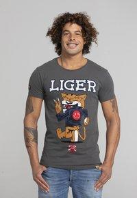 Liger - LIMITED TO 360 PIECES - DARRIN UMBOH - LIGER - T-SHIRT PRINT - Print T-shirt - dark grey - 0